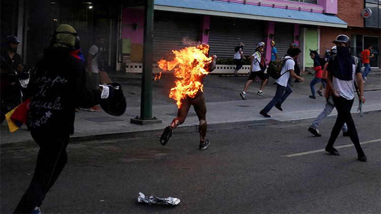 Opositores venezolanos prenden fuego a hombre